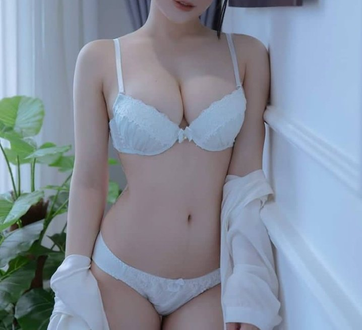 Pretty Cute Southeast Asian Girls Show Off Their Huge and Beautiful Pussy