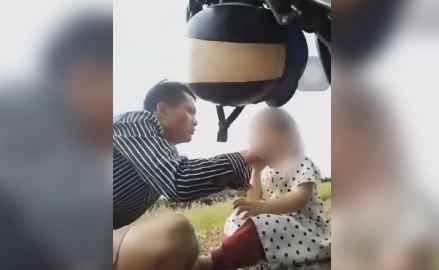 PHẪN NỘ Clip bố ép con gái 3 tuổi uống thuốc nghi là thuốc trừ sâu