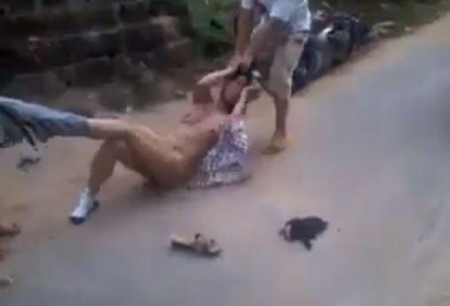 Clip đánh ghen lột hết đồ giữa đường: 2 mẹ con đánh ghen lột sạch đồ cô gái giữa đường