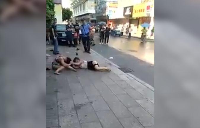 Clip gái xinh đánh ghen vật lộn trên đường phố như Boxing