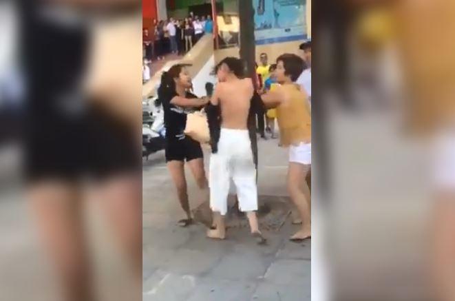Clip đánh ghen vợ xé quần áo nhân tình giữa phố