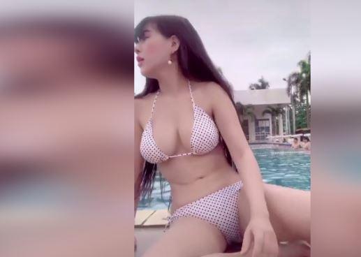 Clip gái xinh bikini lọt khe quá bé khoe trọn cặp mông siêu gợi cảm