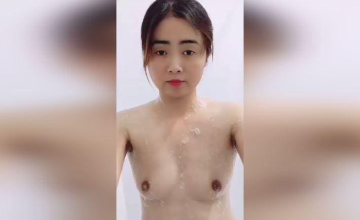 Clip em gái xinh vừa tắm vừa show hàng nóng bỏng cực đẹp