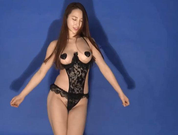 Clip gái xinh khiêu dâm mặc đồ lót lọt khe hở bím nhảy cực dâm