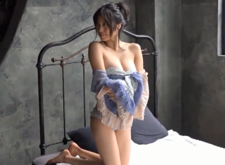 Gái xinh Bikini trên giường khoe vếu khủng gợi cảm