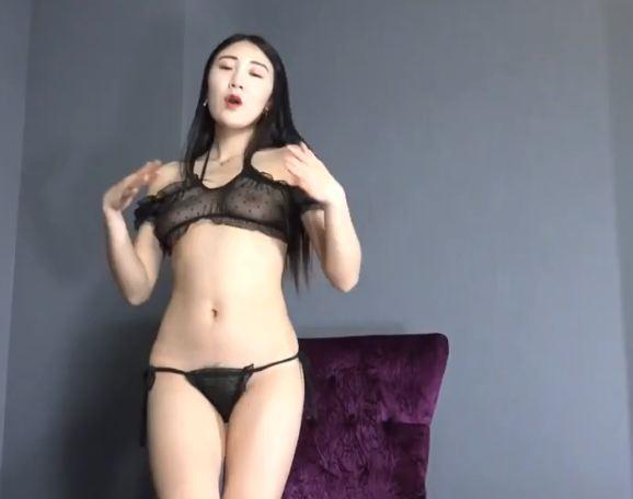 Ngắm gái xinh Bikini Ren xuyên thấu lộ núm ti hồng lông bím rậm